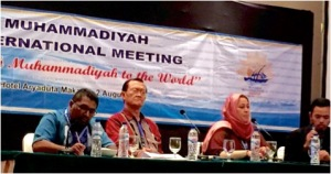 Prof. Dr. Maryam Et Ahmad, Guru Besar Relasi Agama dari Moroko menyamoaikan prasarannya pada Muhammadiyah International Meeting, POra Muktamar Muhamamdiyah ke 47, Makassar, 1/8/2015