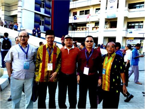 Teks Foto: Prof. Dr. Yunahar Iylas , kedua dari kiri setelah Prof. Dr. Said Khalid El-Hassan dari Maroko bersama peserta dan peninjau Muktamar  lainnya. (Foto: SK)